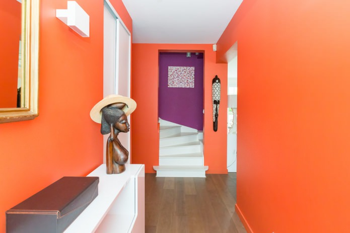 оранжевые стены в прихожей