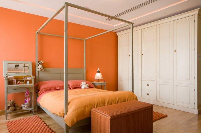 спальня с оранжевой стеной и текстилем