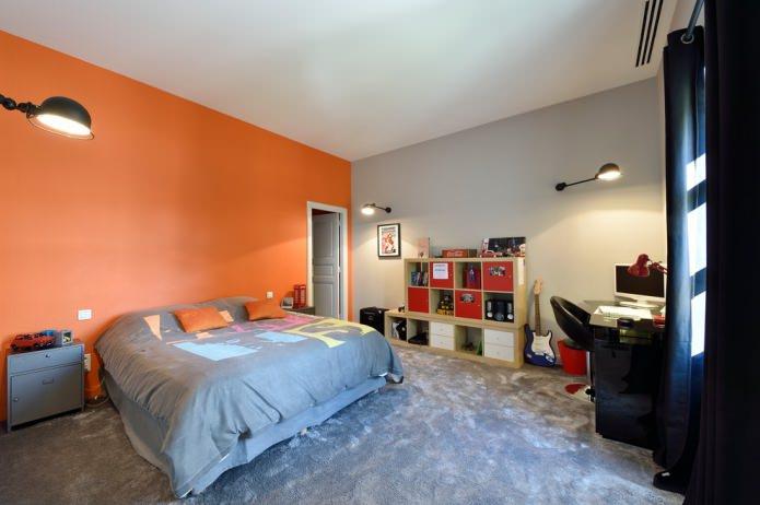 Серо-оранжевая комната для подростка
