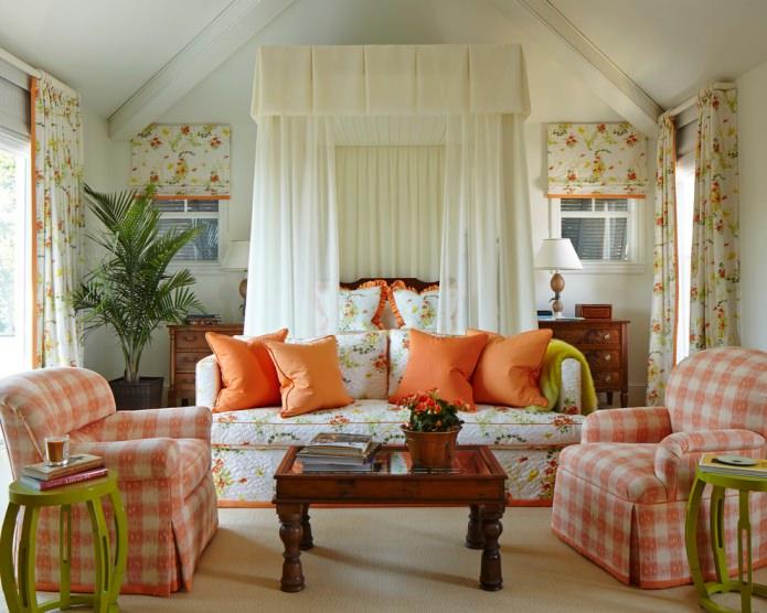 Кантри гостиная с оранжевым текстилем в цветочек