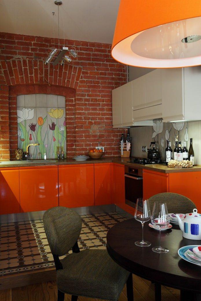 лофт интерьер кухни с оранжевым гарнитуром
