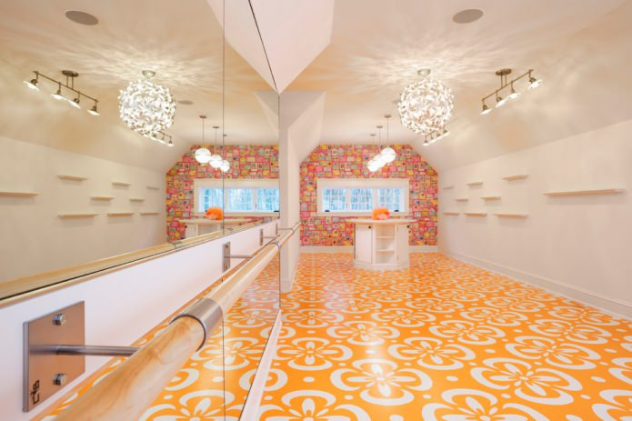 оранжевый пол с рисунком