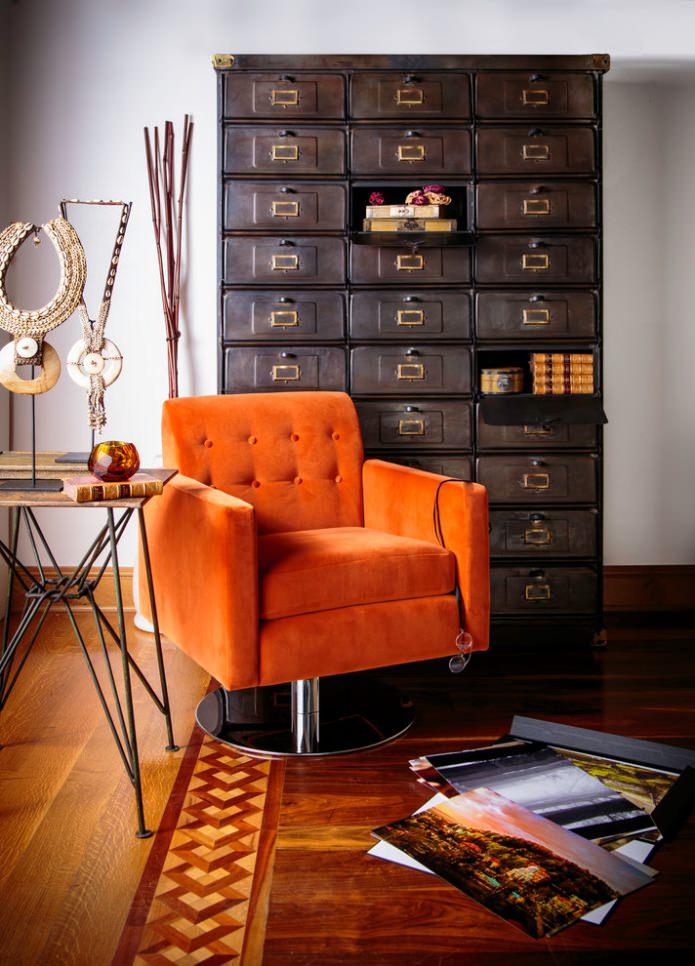 оранжевый мягкий стул