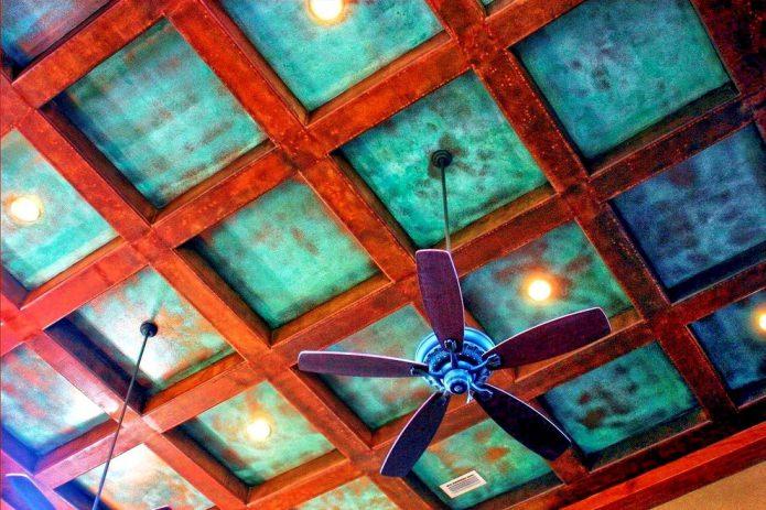 бирюзовый потолок с балками