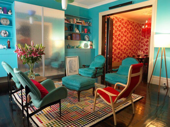 бирюзовые стены и стулья