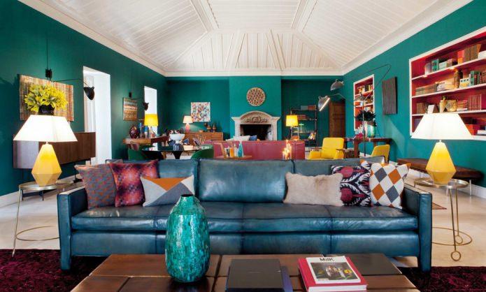 гостиная с мансардной крышей в бирюзовых тонах