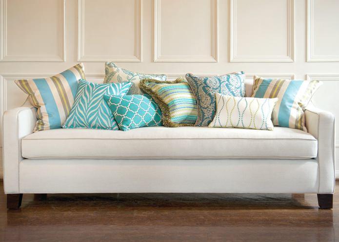 бирюзовые подушки на диване