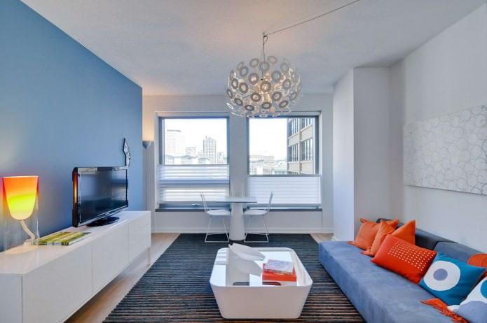 голубая и белая стена в гостиной