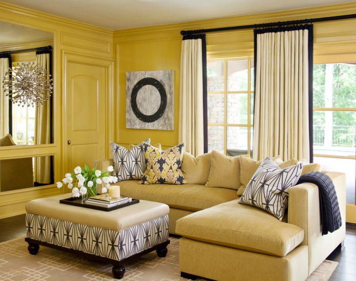 желтые панели на стенах