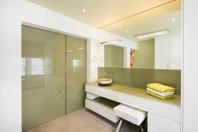 современная бело-оливковая ванная