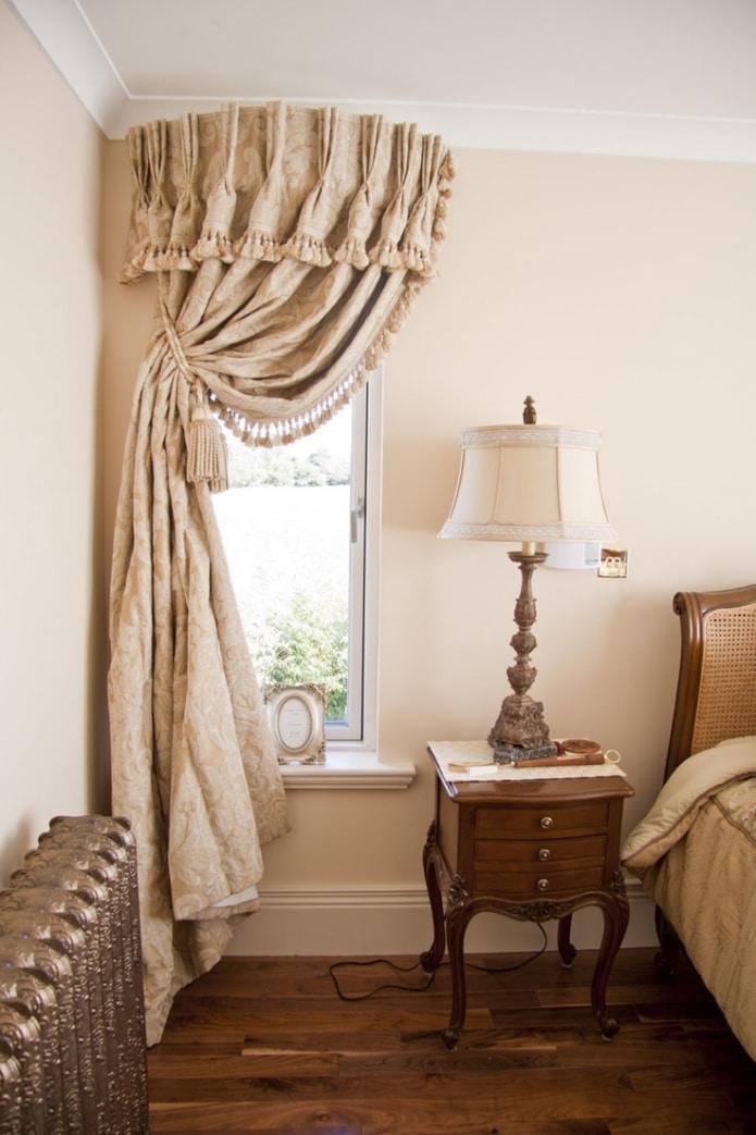 штора в спальне с бахромой