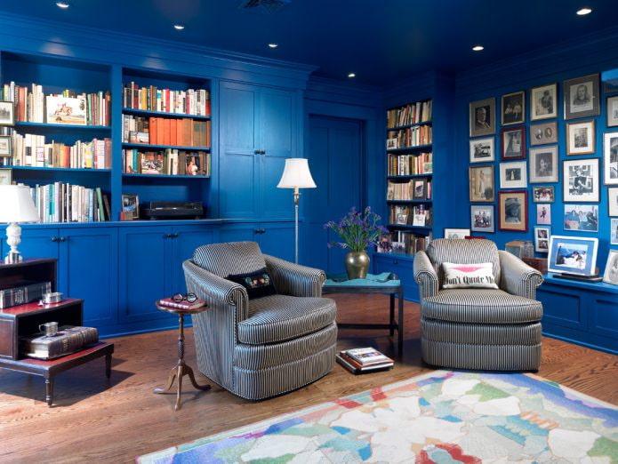 синий потолок и стены