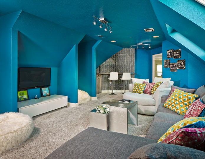 Стены в тон синего потолка