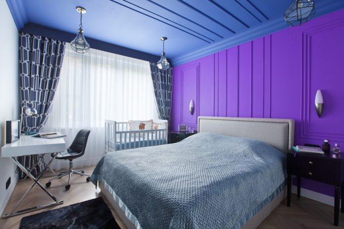 синий потолок и фиолетовая стена