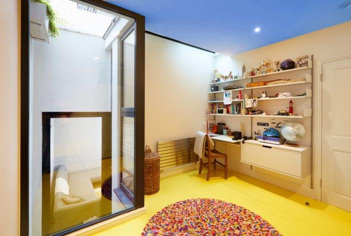 желтый пол и синий потолок
