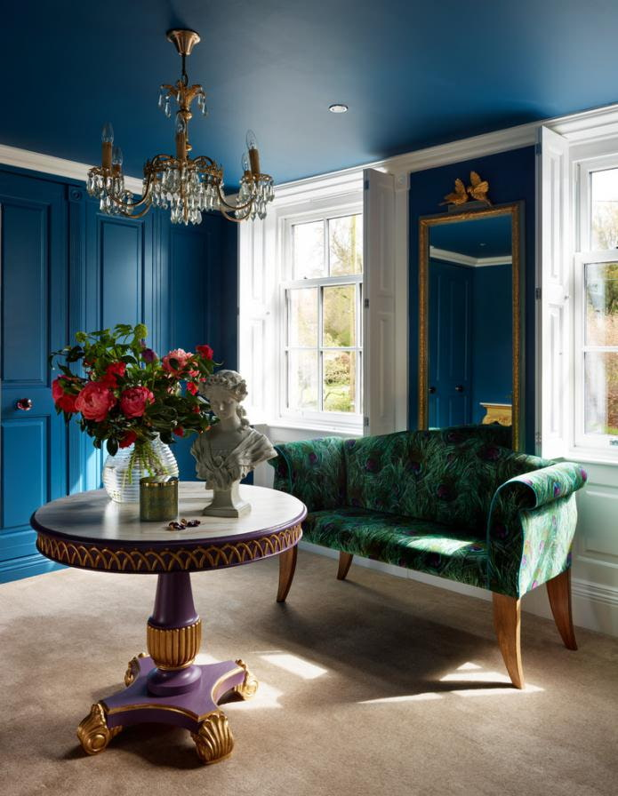 синий потолок в комнате в стиле классика