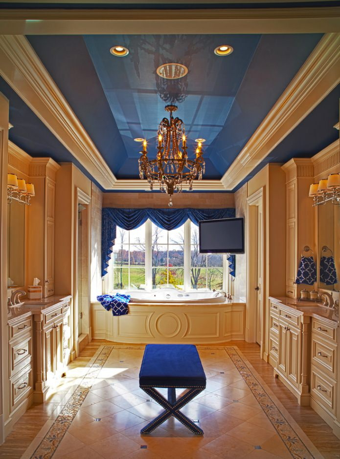 синий потолок в ванной в стиле классика