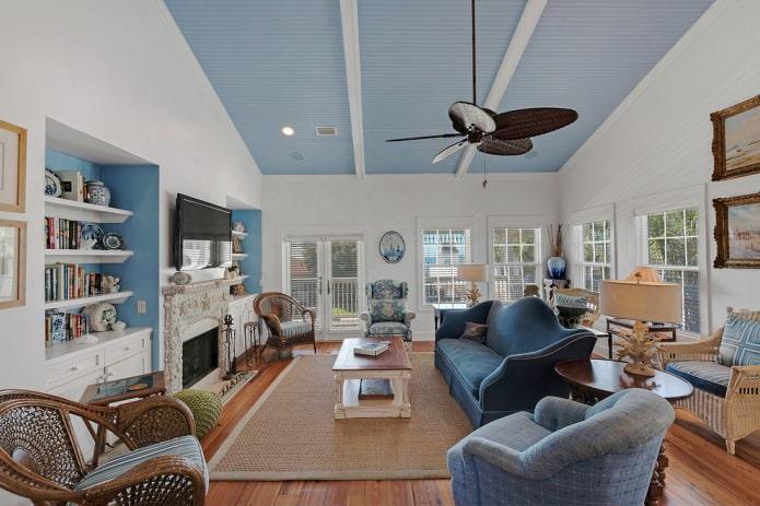 гостиная с потолком реечного типа