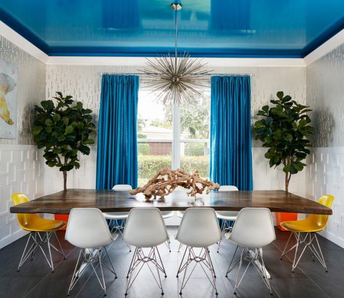 Глянцевый синий потолок