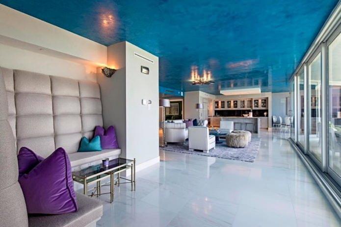 Светлый пол и синий потолок
