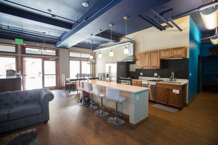 гостиная совмещённая с кухней в стиле лофт