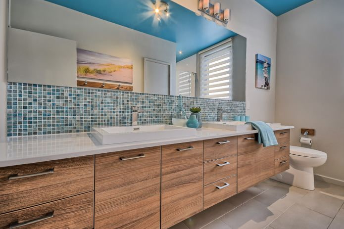 ванная с синим потолком