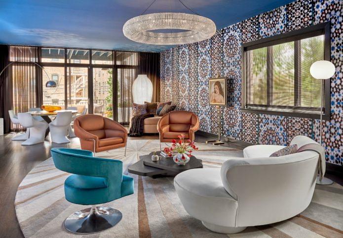 синий потолок в гостиной