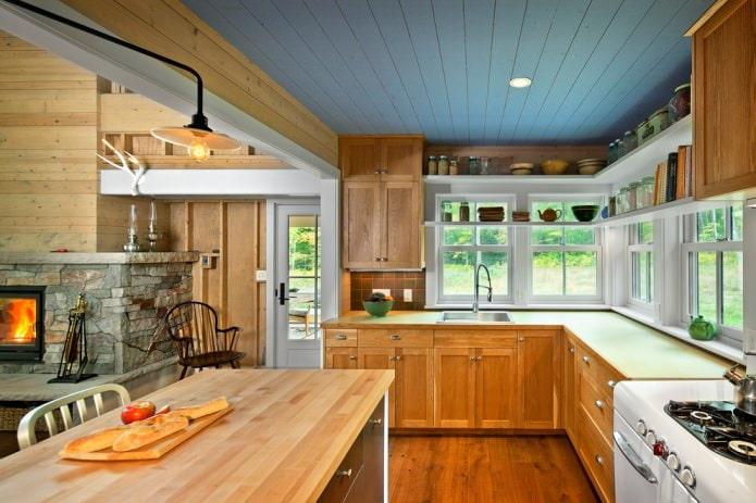 кухня в стиле кантри с синим деревянным потолком