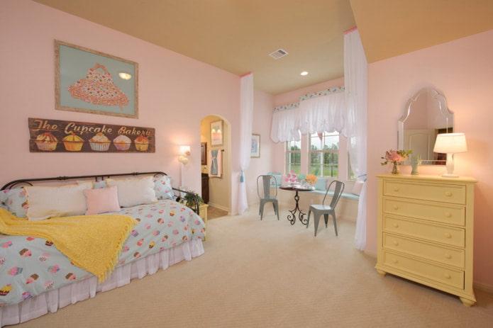 розовые стены и бежевый потолок
