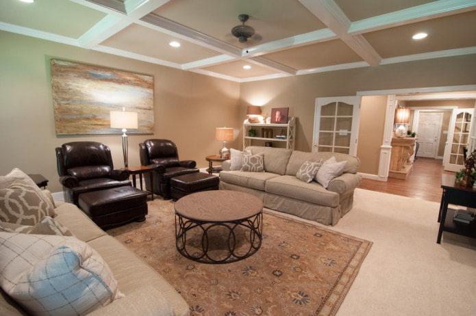 Светлый пол и бежевый потолок