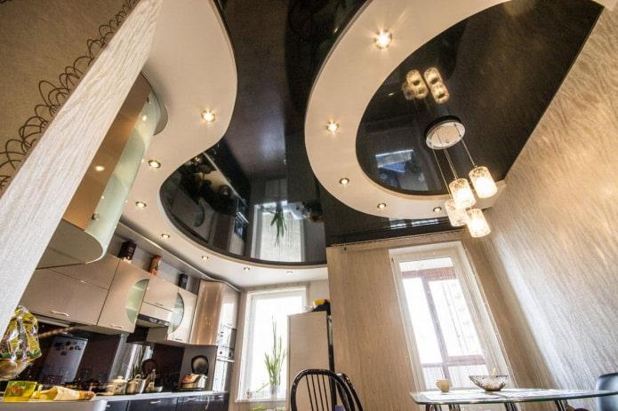 Бежево-черный потолок на кухне