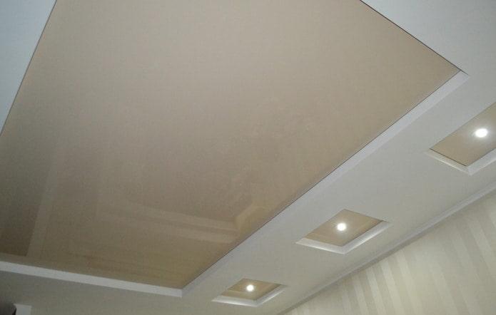 Двухуровневый бело-бежевый потолок