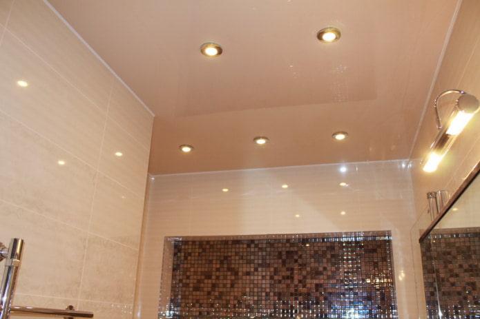 бежевый потолок в ванной
