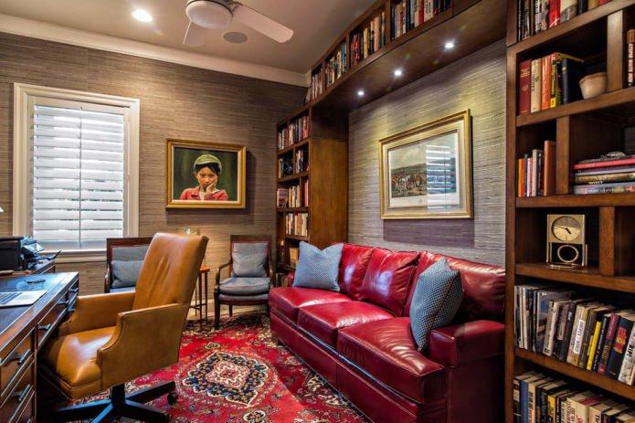 темно-красный диван в кабинете