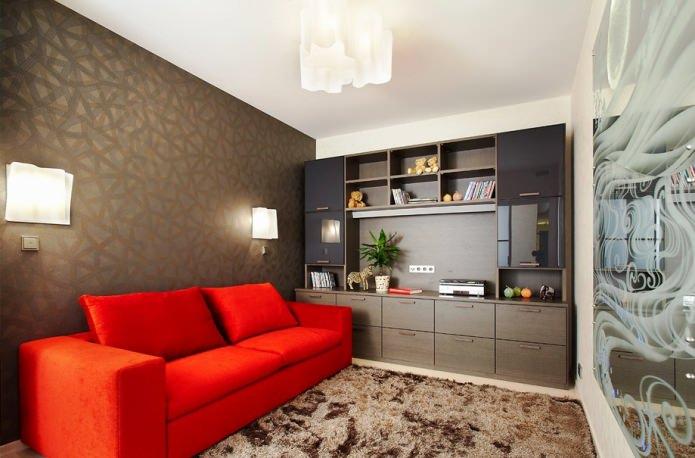 коричневые обои и красный тканевый диван