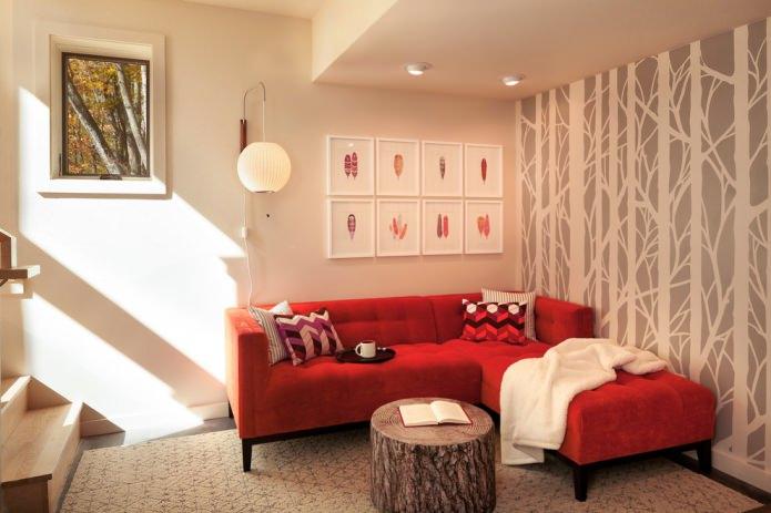 бежевые обои и красный диван
