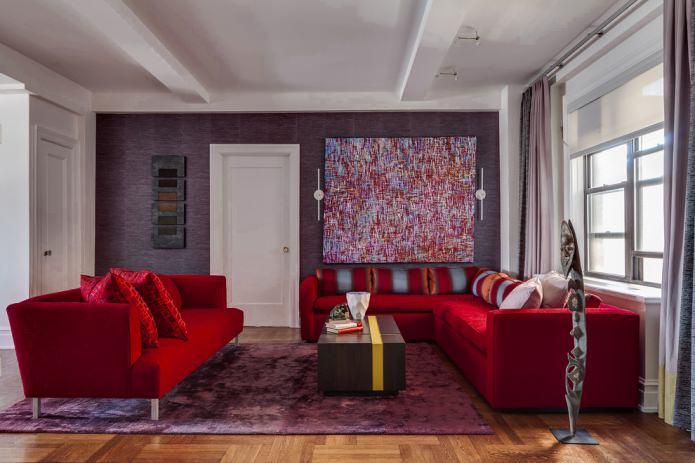 фиолетовые обои и красный тканевый диван