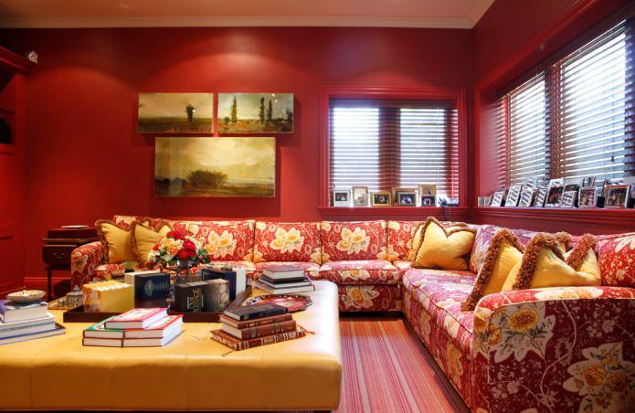 Красно-желтый диван с рисунком