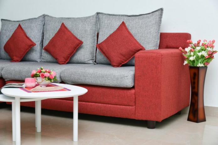 Серо-красный диван
