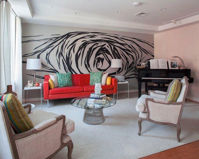 красный тканевый диван в гостиной