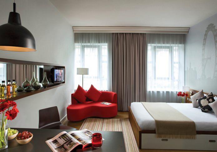 маленький диванчик в спальне