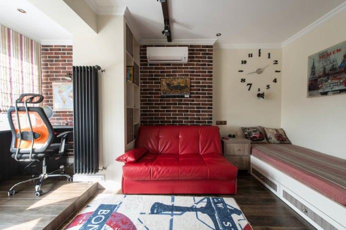 красный кожаный диван в комнате подростка