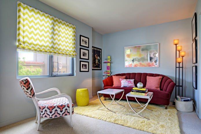 желтый ковер у дивана