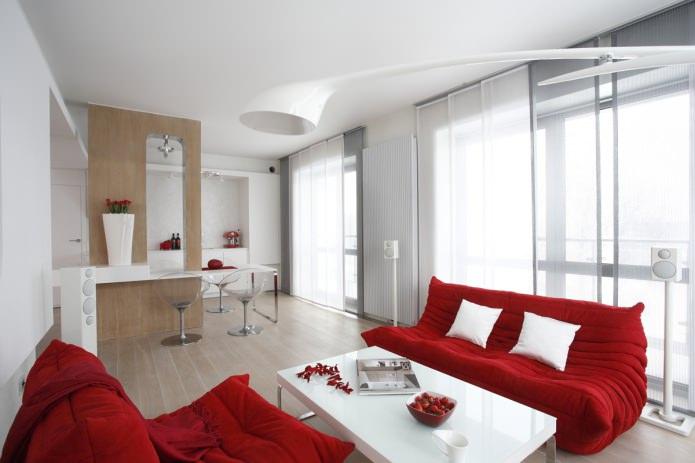 светлые стены и красный тканевый диван
