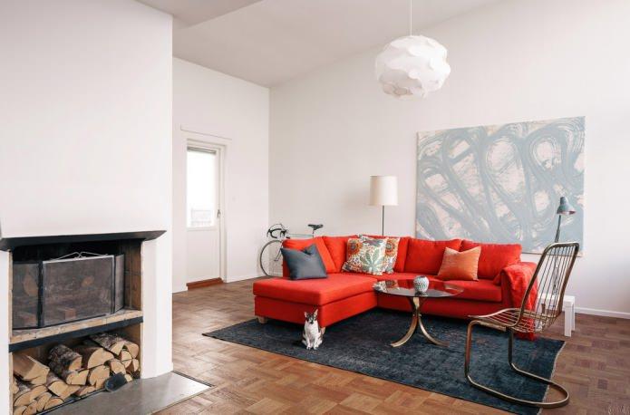 подушки на красном тканевом диване