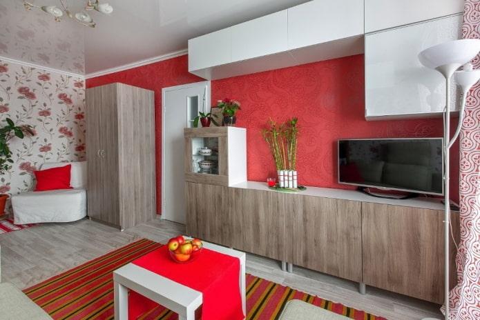 красные обои в гостиной