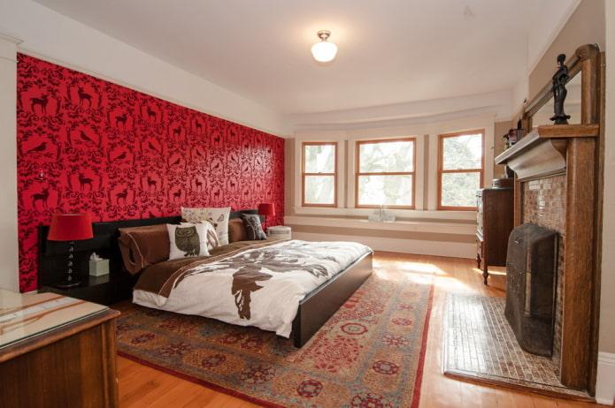 красные обои и белый потолок