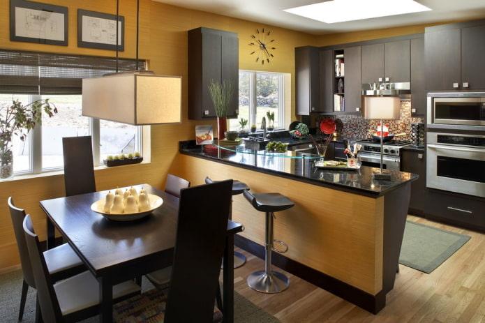 однотонные желтые обои на кухне