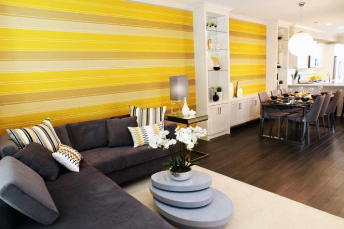 полосатые желтые обои в гостиной