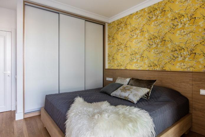 желтая акцентная стена в спальне